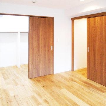 ナチュラルな木材に囲まれた部屋