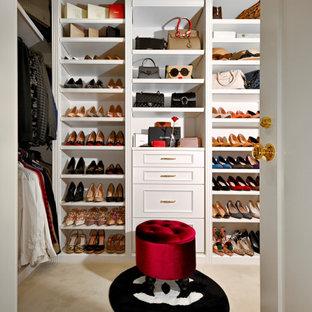 Exempel på en klassisk garderob för könsneutrala, med luckor med upphöjd panel, vita skåp, heltäckningsmatta och beiget golv