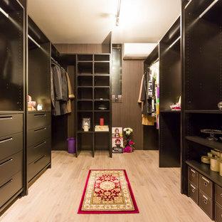 ミッドセンチュリースタイルのおしゃれなウォークインクローゼット (塗装フローリング、ベージュの床) の写真