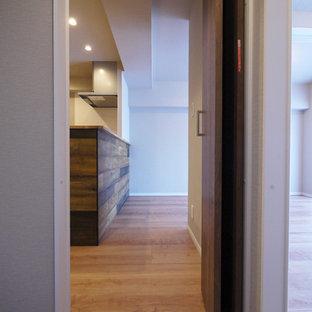 Esempio di una cabina armadio stile rurale con ante in legno scuro, pavimento in compensato e pavimento marrone