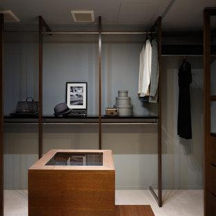東京都下の中サイズのモダンスタイルのウォークインクローゼットの画像 (フラットパネル扉のキャビネット、濃色木目調キャビネット、カーペット敷き)