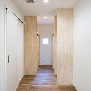 Idee per una cabina armadio unisex minimalista di medie dimensioni con nessun'anta, ante in legno scuro, parquet scuro e pavimento beige