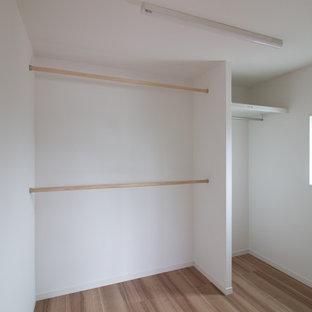 Idéer för att renovera ett walk-in-closet för könsneutrala, med plywoodgolv