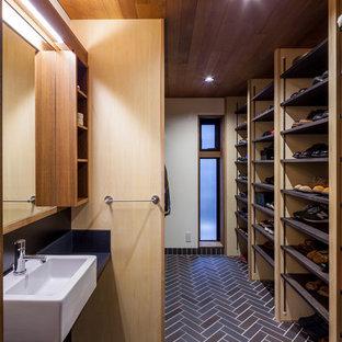 大阪のコンテンポラリースタイルのおしゃれな収納・クローゼット (オープンシェルフ、茶色い床) の写真