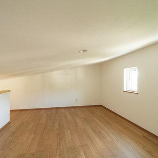 Diseño de armario vestidor de estilo zen, de tamaño medio, con puertas de armario beige, suelo de madera clara y suelo beige