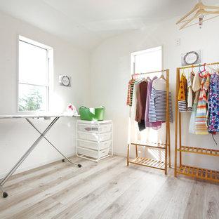 Foto di uno spazio per vestirsi unisex stile rurale con pavimento in compensato e pavimento beige