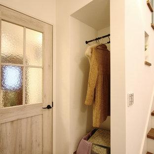Idee per un armadio o armadio a muro unisex shabby-chic style con pavimento in compensato e pavimento marrone