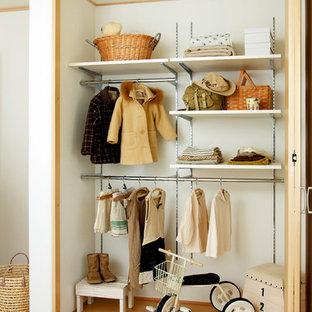 Foto de armario escandinavo con suelo de madera clara y suelo beige