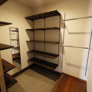 Esempio di una cabina armadio unisex etnica con nessun'anta, pavimento in gres porcellanato e pavimento grigio