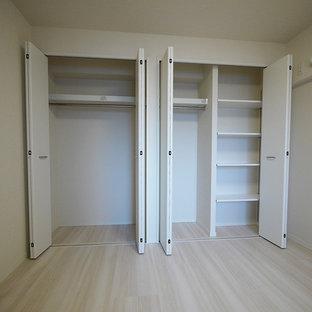 Foto di armadi e cabine armadio scandinavi con ante bianche, pavimento in compensato e pavimento beige