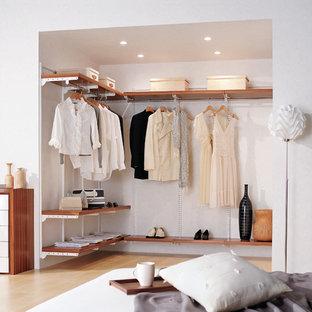 Ispirazione per armadi e cabine armadio moderni con pavimento beige