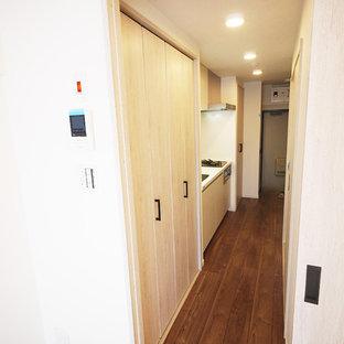 Modelo de armario romántico, grande, con puertas de armario beige y suelo de madera oscura