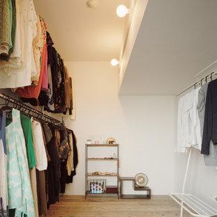 名古屋のコンテンポラリースタイルのおしゃれなウォークインクローゼット (オープンシェルフ、無垢フローリング、茶色い床) の写真