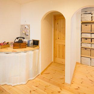 Diseño de armario vestidor unisex, rústico, con suelo de madera en tonos medios y suelo beige