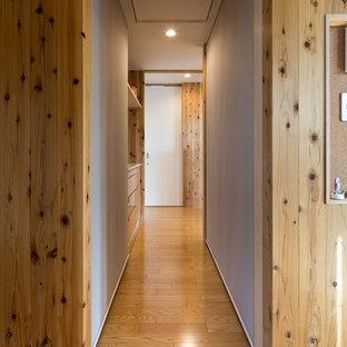 Esempio di un armadio o armadio a muro unisex country di medie dimensioni con nessun'anta, pavimento in compensato e pavimento marrone