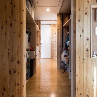 Foto di un armadio o armadio a muro unisex country di medie dimensioni con nessun'anta, pavimento in compensato e pavimento marrone
