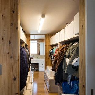 Idéer för att renovera ett mellanstort lantligt klädskåp för könsneutrala, med öppna hyllor, plywoodgolv och brunt golv