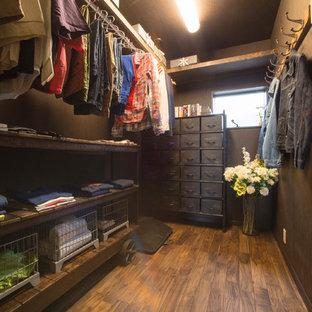 他の地域の中サイズのミッドセンチュリースタイルのおしゃれなウォークインクローゼット (濃色無垢フローリング、茶色い床) の写真
