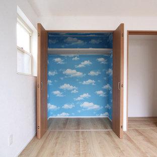 Idee per un armadio o armadio a muro per donna di medie dimensioni con ante lisce, ante in legno scuro, pavimento in compensato e pavimento beige