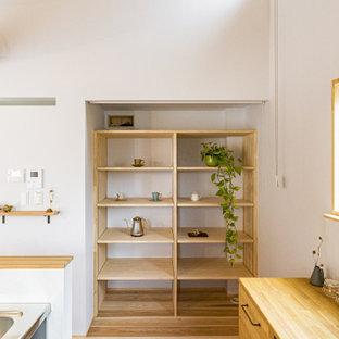 Foto de armario unisex y madera, minimalista, de tamaño medio, con armarios abiertos, puertas de armario beige, suelo de madera en tonos medios y suelo beige