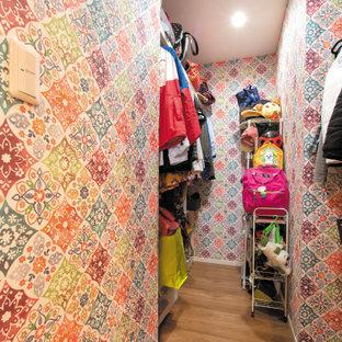 Ispirazione per un piccolo spazio per vestirsi unisex etnico con pavimento in compensato e pavimento marrone