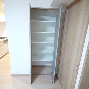 Modelo de armario de estilo zen con suelo de madera clara