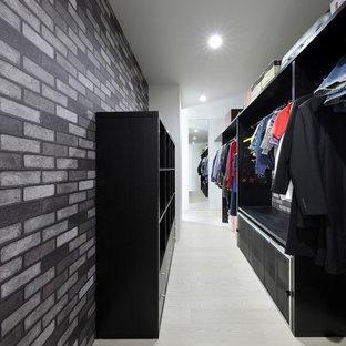 Modelo de armario vestidor unisex, moderno, grande, con armarios abiertos, puertas de armario negras, suelo de contrachapado y suelo blanco