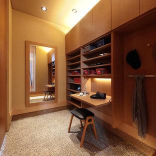 他の地域のコンテンポラリースタイルのおしゃれなウォークインクローゼット (茶色いキャビネット、グレーの床、コンクリートの床) の写真