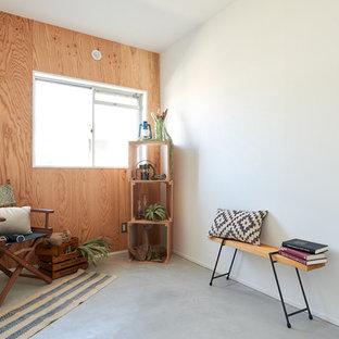 Ejemplo de armario y vestidor rural con suelo de cemento y suelo gris