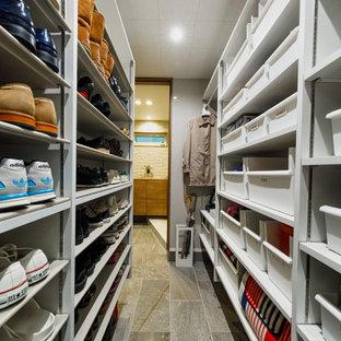Inspiration för mellanstora moderna walk-in-closets för könsneutrala, med öppna hyllor, vita skåp, mellanmörkt trägolv och brunt golv