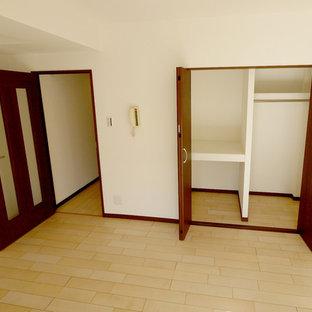 Ejemplo de armario y vestidor nórdico con puertas de armario de madera en tonos medios, suelo de madera clara y suelo beige