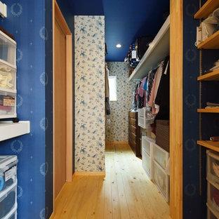 Modelo de armario vestidor unisex, asiático, con armarios abiertos, puertas de armario de madera clara, suelo de madera clara y suelo marrón