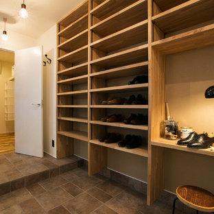 Idee per una piccola cabina armadio unisex industriale con pavimento in legno massello medio e pavimento beige