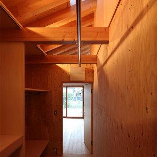 Diseño de armario y vestidor unisex, nórdico, con armarios abiertos, puertas de armario de madera clara y suelo de contrachapado