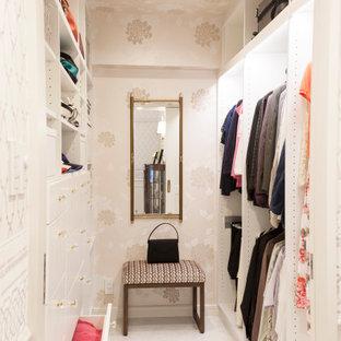 Ejemplo de armario vestidor unisex, clásico, de tamaño medio, con armarios abiertos, puertas de armario blancas, suelo de mármol y suelo blanco