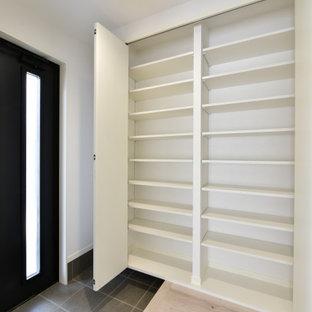 Foto de armario unisex y papel pintado, minimalista, extra grande, con armarios con paneles lisos, puertas de armario blancas, suelo de contrachapado, suelo beige y papel pintado