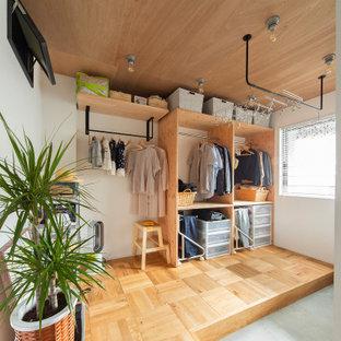 大阪の男女兼用インダストリアルスタイルのおしゃれなウォークインクローゼット (オープンシェルフ、板張り天井、淡色木目調キャビネット、淡色無垢フローリング、ベージュの床) の写真