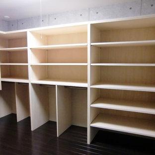 Imagen de armario vestidor unisex, minimalista, grande, con suelo de contrachapado y suelo marrón