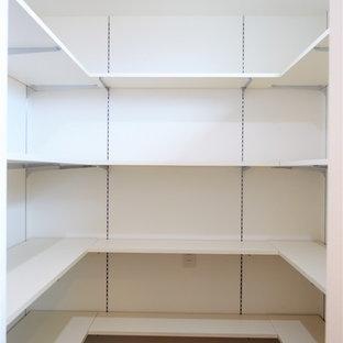 Ispirazione per una cabina armadio per donna moderna di medie dimensioni con ante a filo, ante bianche, pavimento in compensato e pavimento marrone