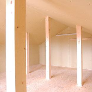 Esempio di una cabina armadio unisex etnica di medie dimensioni con ante lisce, ante in legno bruno e pavimento beige