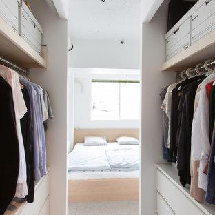 東京23区のコンテンポラリースタイルのウォークインクローゼットの画像 (オープン棚、白いキャビネット、カーペット敷き、グレーの床)