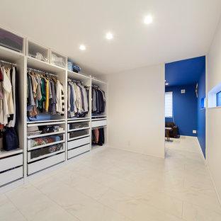 Exemple d'un dressing et rangement moderne avec un sol blanc.