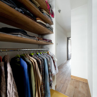 Exempel på ett walk-in-closet för könsneutrala, med gult golv
