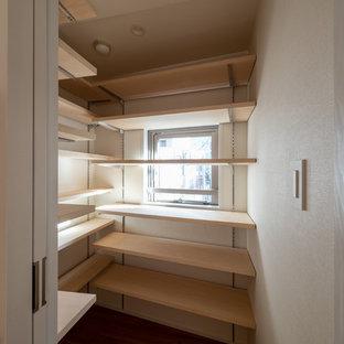 Idee per una piccola cabina armadio nordica con pavimento in compensato e pavimento marrone