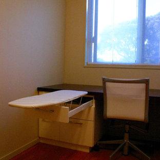 Esempio di una cabina armadio per donna moderna con ante bianche, pavimento in compensato e pavimento marrone