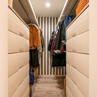 Kleines, Neutrales Modernes Ankleidezimmer mit Ankleidebereich, Sperrholzboden und beigem Boden in Sonstige