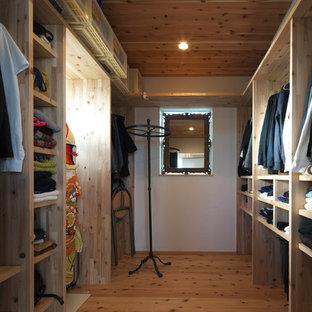他の地域の男女兼用コンテンポラリースタイルのおしゃれなフィッティングルーム (オープンシェルフ、中間色木目調キャビネット、無垢フローリング、茶色い床) の写真