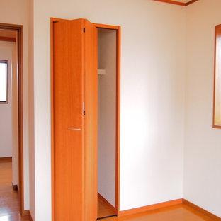 Esempio di armadi e cabine armadio rustici con pavimento in compensato e pavimento beige