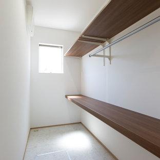 Esempio di una cabina armadio unisex etnica con nessun'anta, ante in legno bruno, pavimento in vinile, pavimento grigio e soffitto in carta da parati