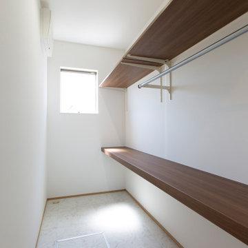 香川県高松市に建つ、「図書室のある家」のウォークインクローゼット
